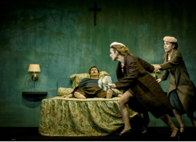 Eduard Fernández, al llit, protagonitza l'obra / Foto de David Ruano