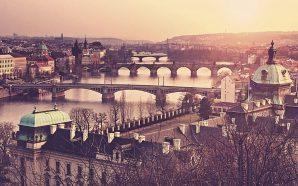 De noche, bajo el puente de piedra