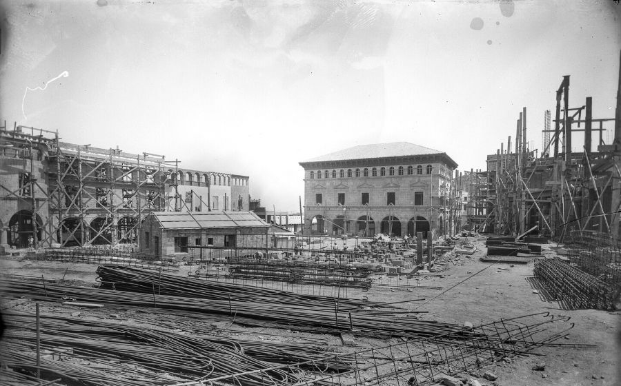 Poble Espanyol. Obres de construccio de la plaça Major.1928. AFB. C. Pé rez de Rozas.