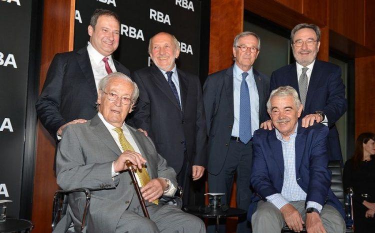 Oriol Bohigas envoltat dels alcaldes de Barcelona Jordi Hereu, Xavier Trias, Narcís Serra i Pasqual Maragall, així com del president del grup RBA, Ricardo Rodrigo / Foto: Ajuntament de Barcelona.