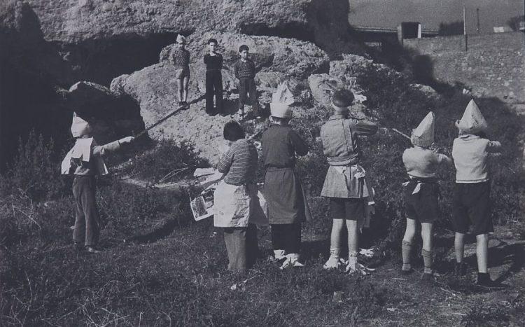 Nens simulant un afussellament. Agustí Centelles.